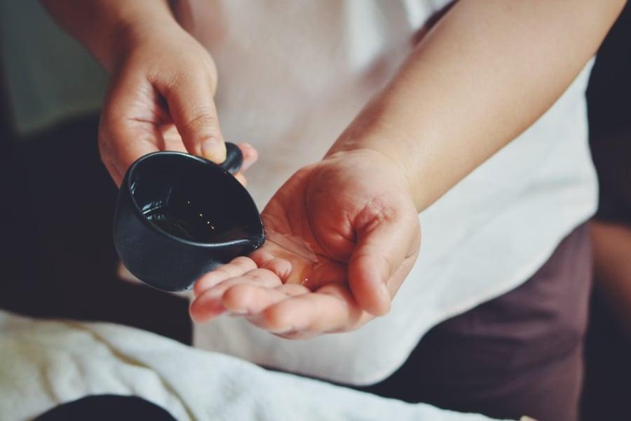 massage-behandling-olja-hand